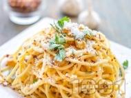 Спагети Алио е олио - паста със зехтин, чесън, пармезан и магданоз
